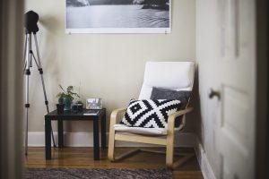 investissement locatif clé en main-pièce avec fauteuil table tableau tapis parquet