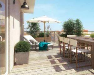 Villeurbanne zone Pinel Terrasse avec une table à manger et un coin transats parasol