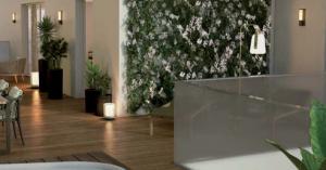 défisc pinel-salon mur végétal parquet luminaire table chaises