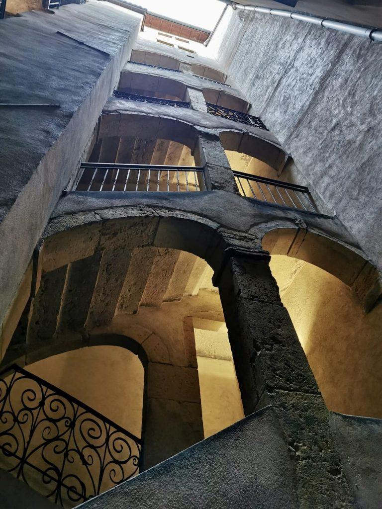 LMNP ancien cour interieur immeuble ancien escalier