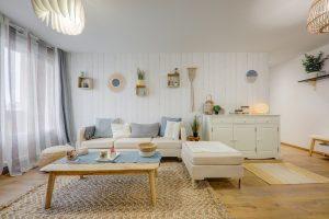 achat appartement Lyon-salon meublé parquet tapis plantes rideaux lampe allumée