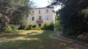 achat locatif- maison bourgeoise jardin arbres ciel bleu