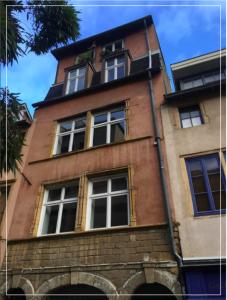 LMNP immobilier-façade immeuble ancien ciel sombre