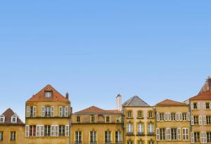 comment défiscaliser-façades d'immeubles anciens ciel bleu