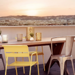 placement immobilier-terrasse vue sur la ville table chaises couché de soleil
