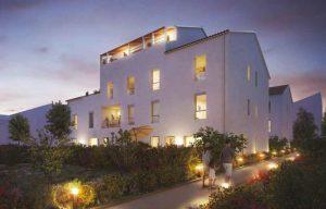 acheter un appartement pour le louer-residence neuve-espaces verts lampes allumées nuit