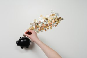 investissement-tirelire-monnaie-main